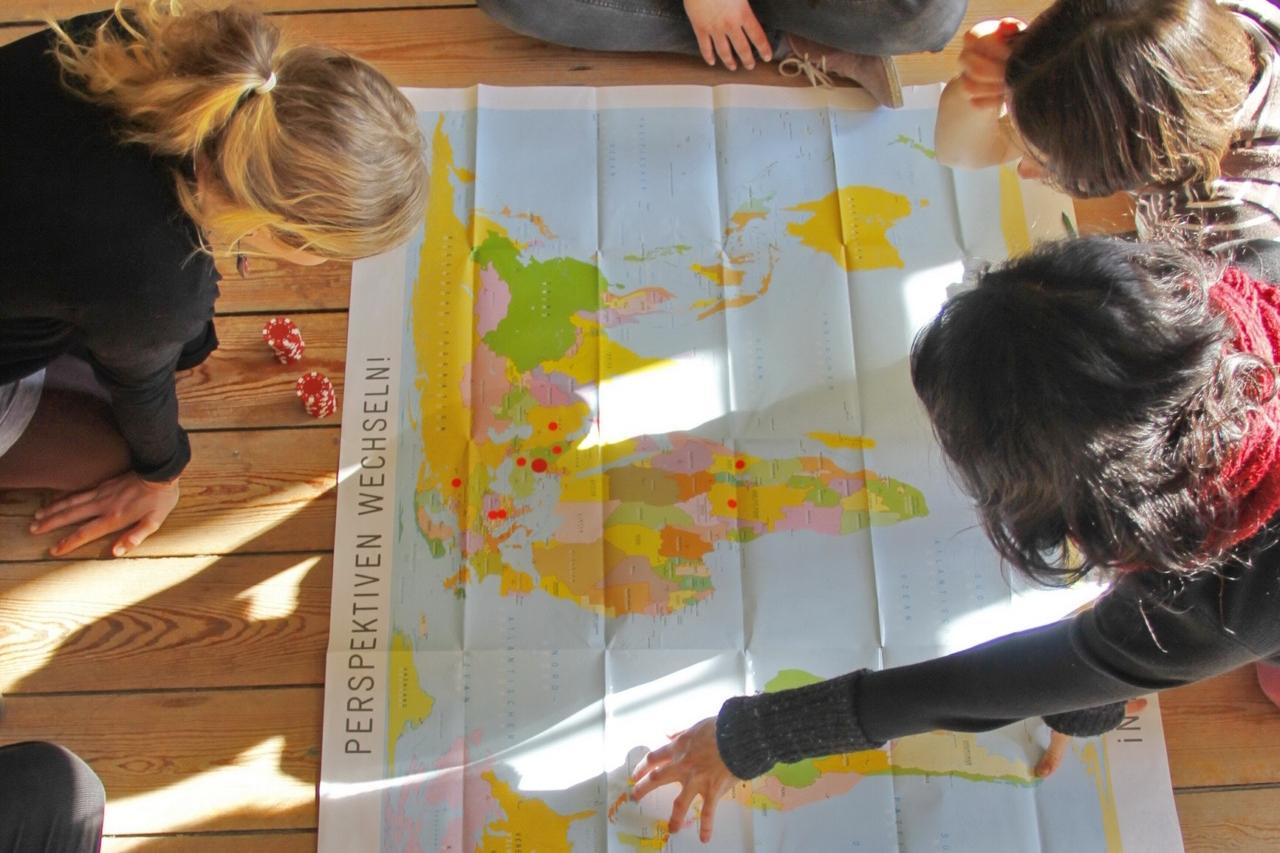 Bild-Schueler_innen-arbeiten-mit-Weltkarte